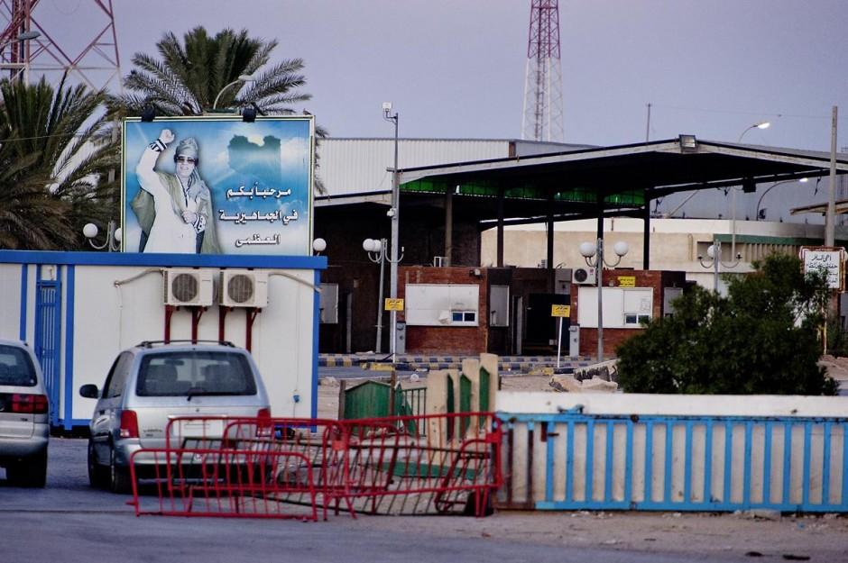 Frontière de Ras Jedir, poste libyen vu du poste tunisien, l