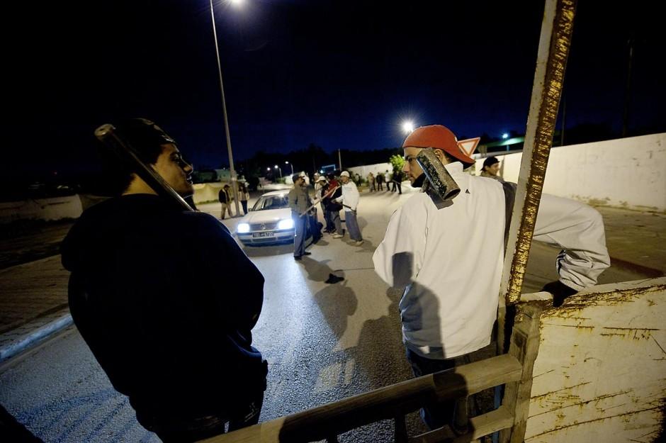 Après le couvre feu de 18h : Barrages et surveillances mises en place par les citoyens en collaboration avec les forces armées dans chaque quartier de Tunis. ici dans les quartiers populaires de Megrine Chaker dans la banlieue sud de Tunis