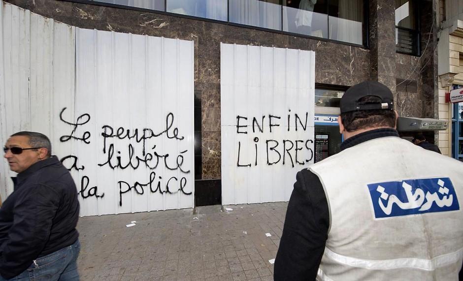 Sur les murs de la ville les slogans et les pancartes des manifestants de la Révolution du Peuple s
