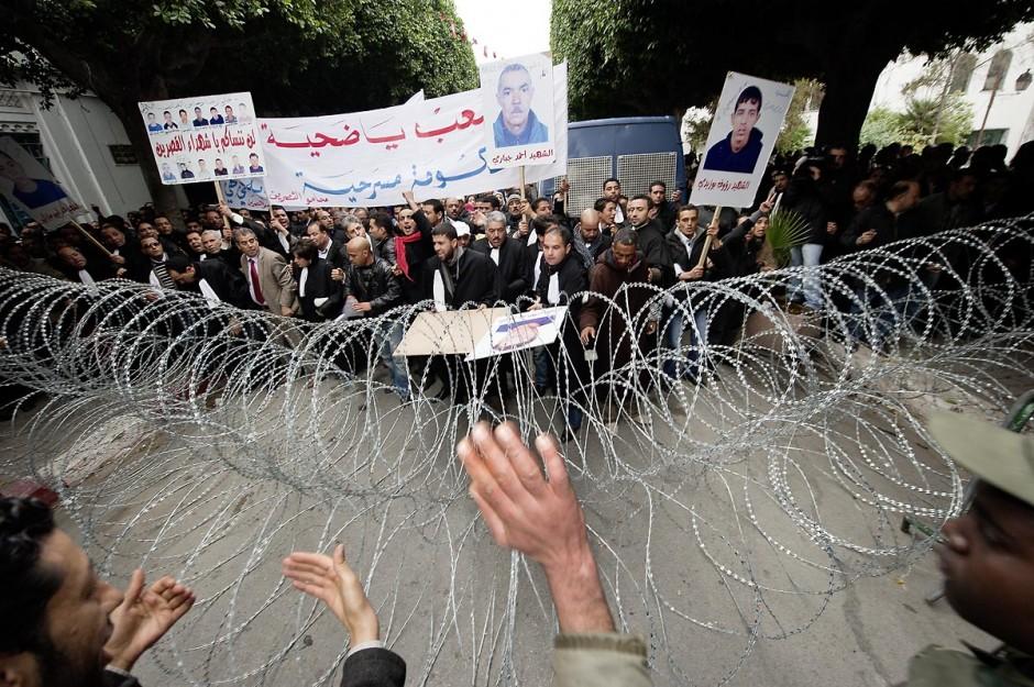 25 janvier : 3ème jour de manifestation de la Caravane de la Libération devant le Premier Ministère. les avocats de Kasserine (sud ouets de la Tunisie) lancent une manifestation au Tribunal de Justice puis cassent le barrage de l