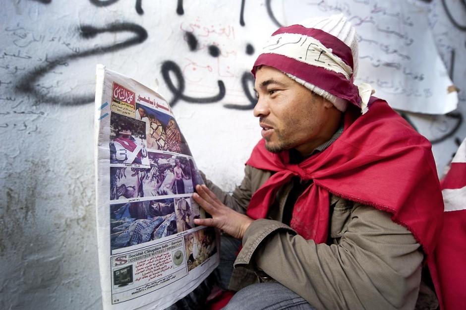 28 janvier : 6ème journée du sit in à la Kasbah de la Caravane de la Libération. Les jeunes manifestants font leur revue de presse du matin, jeunes et journaux tunisiens.