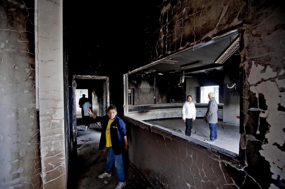 8 février : Cité Ettadhamen dans la banlieue ouest de Tunis, la municipalité a été dévastée et brûlée la nuit du 14 janvier par les gens du quartier, aujourd