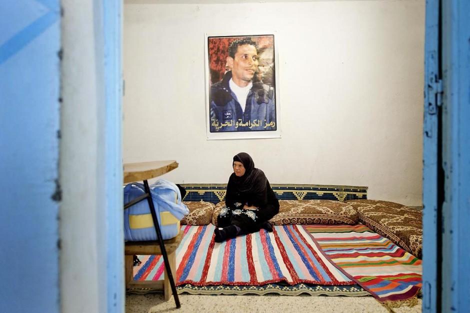 9 février : dans la chambre, la maman de Mohamed à la maison de Mohamed Bouazizi le 40ème jour de sa mort. Avec sa famille proche, mère, oncle, frère et soeurs, et amis du quartier célébration du 40ème jour de la mort de Mohamed Bouazizi. Dans la culture musulmane, le 40ème jour est le jour ou l