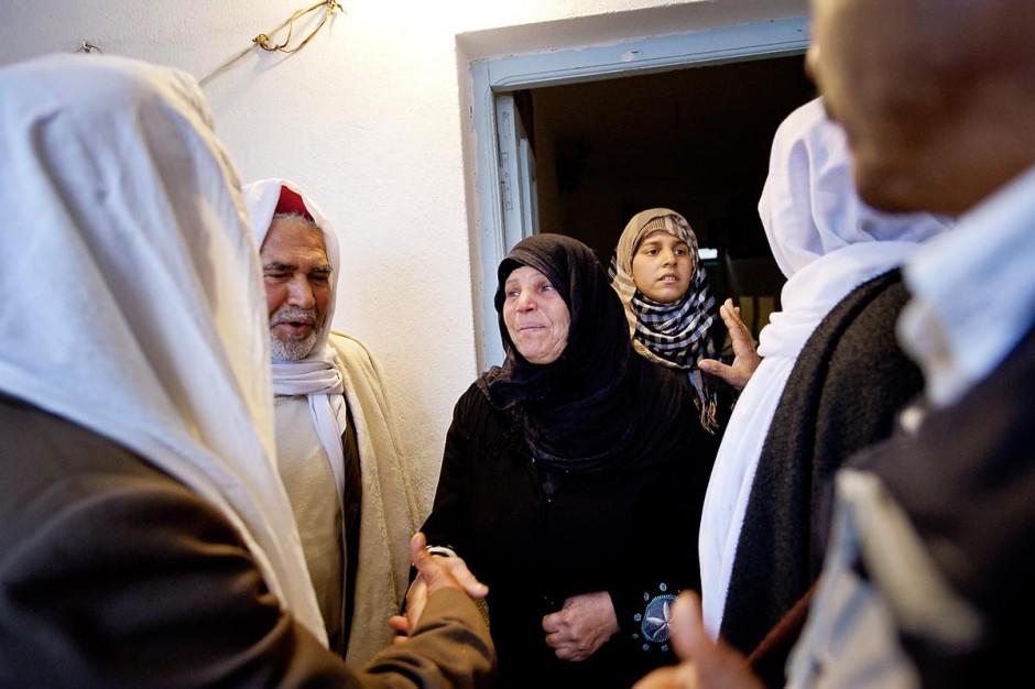 9 février : Les hommes venus prier et rendre hommage à Mohamed viennent saluer et soutenir la maman de Mohamed avant de se retirer. A la maison de Mohamed Bouazizi le 40ème jour de sa mort. Avec sa famille proche, mère, oncle, frère et soeurs, et amis du quartier célébration du 40ème jour de la mort de Mohamed Bouazizi. Dans la culture musulmane, le 40ème jour est le jour ou l