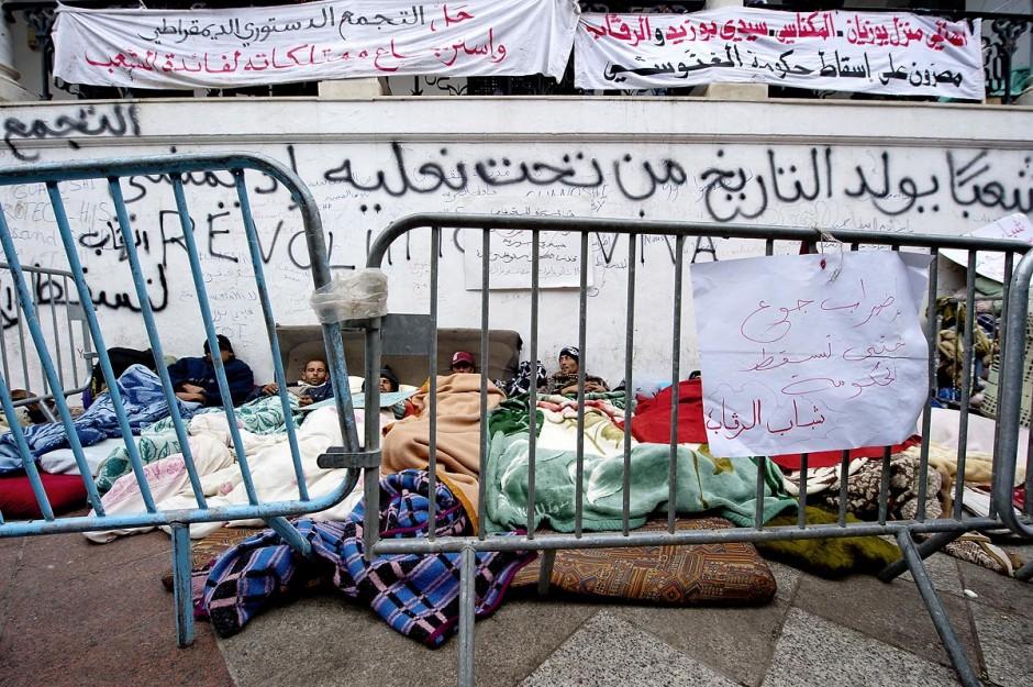 25 janvier : Grès de la Faim. 3ème jour de manifestation de la Caravane de la Libération devant le Premier Ministère. Les habitants du sud ouest tunisiens maintiennent jour et nuit leur sitin et certains entament même des grèves de la fin. Les tentes prennet place devant les portes du gouvernement et les revendications s