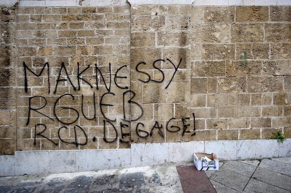 25 janvier : 3ème jour de manifestation de la Caravane de la Libération devant le Premier Ministère. Les habitants du sud ouest tunisiens maintiennent jour et nuit leur sitin et certains entament même des grèves de la fin. Les tentes prennet place devant les portes du gouvernement et les revendications s