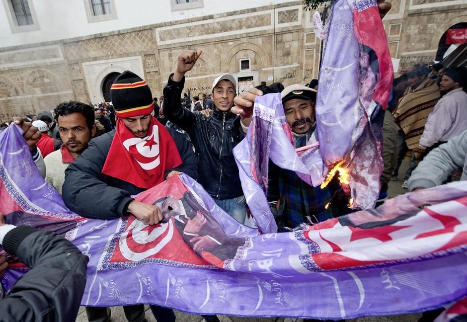 25 janvier : brule portrait de Ben ALi. 3ème jour de manifestation de la Caravane de la Libération devant le Premier Ministère. Les habitants du sud ouest tunisiens maintiennent jour et nuit leur sitin et certains entament même des grèves de la fin. Les tentes prennet place devant les portes du gouvernement et les revendications s