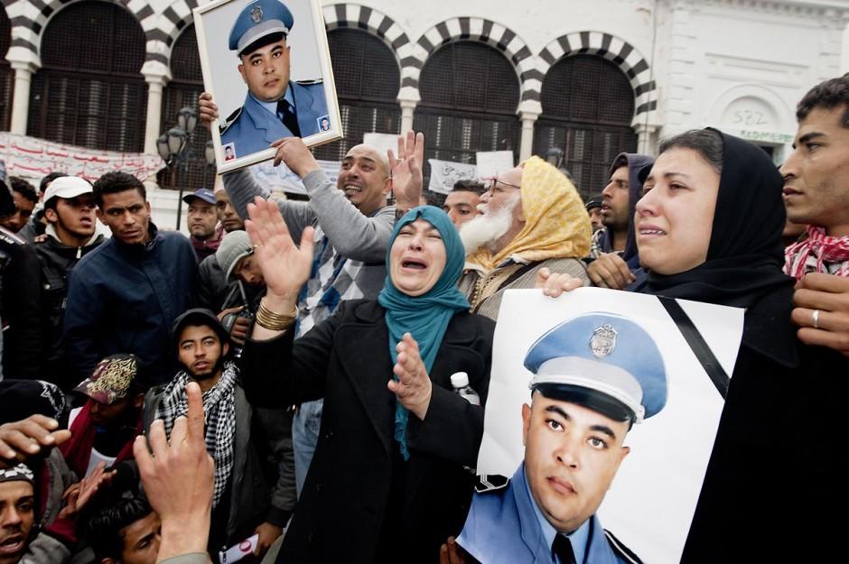 25 janvier : Un policier munisipal de Ben Arous assassiné le 17 décembre 2010 ??? 3ème jour de manifestation de la Caravane de la Libération devant le Premier Ministère. Les habitants du sud ouest tunisiens maintiennent jour et nuit leur sitin et certains entament même des grèves de la fin. Les tentes prennet place devant les portes du gouvernement et les revendications s