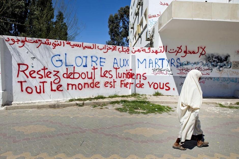 Graffiti et slogan sur les murs de la rue principale de Sidi Bouzid.