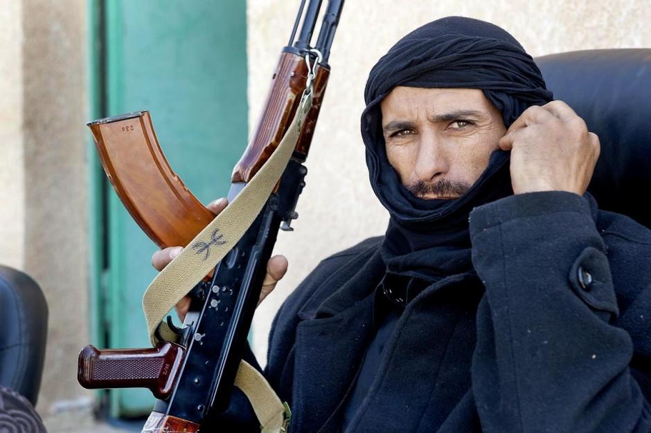 28 avril 2011 : Rebelles libyens contrôlant le passage des réfugiés au poste frontalier à la frontière tuniso-libyenne de Dehibat - Baouaba avec les rebelles anti Khadafi. Depuis le commencement de la rébellion libyennne, le 17 février, la prise du poste frontalier de Baouaba par les rebelles libyens, le 21 avril, est une première grande victoire pour les combattants du sud ouest, Djebel Neffousa, permettant ainsi l