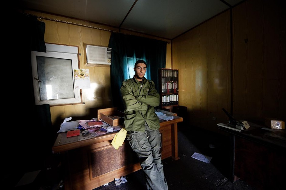 28 avril 2011 : Volontaires tunisiens engagés auprès des rebelles libyens dans les bureaux de poste frontalier libyenne Baouaba avec les rebelles anti Khadafi. Depuis le commencement de la rébellion libyennne, le 17 février, la prise du poste frontalier de Baouaba par les rebelles libyens, le 21 avril, est une première grande victoire pour les combattants du sud ouest, Djebel Neffousa, permettant ainsi l