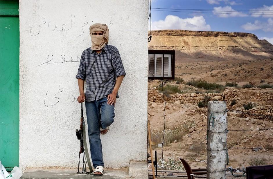 28 avril 2011 : Un jeune rebelle libyen de 20 ans contrôlant le passage des réfugiés au poste frontalier à la frontière tuniso-libyenne de Dehibat - Baouaba avec les rebelles anti Khadafi. Depuis le commencement de la rébellion libyennne, le 17 février, la prise du poste frontalier de Baouaba par les rebelles libyens, le 21 avril, est une première grande victoire pour les combattants du sud ouest, Djebel Neffousa, permettant ainsi l