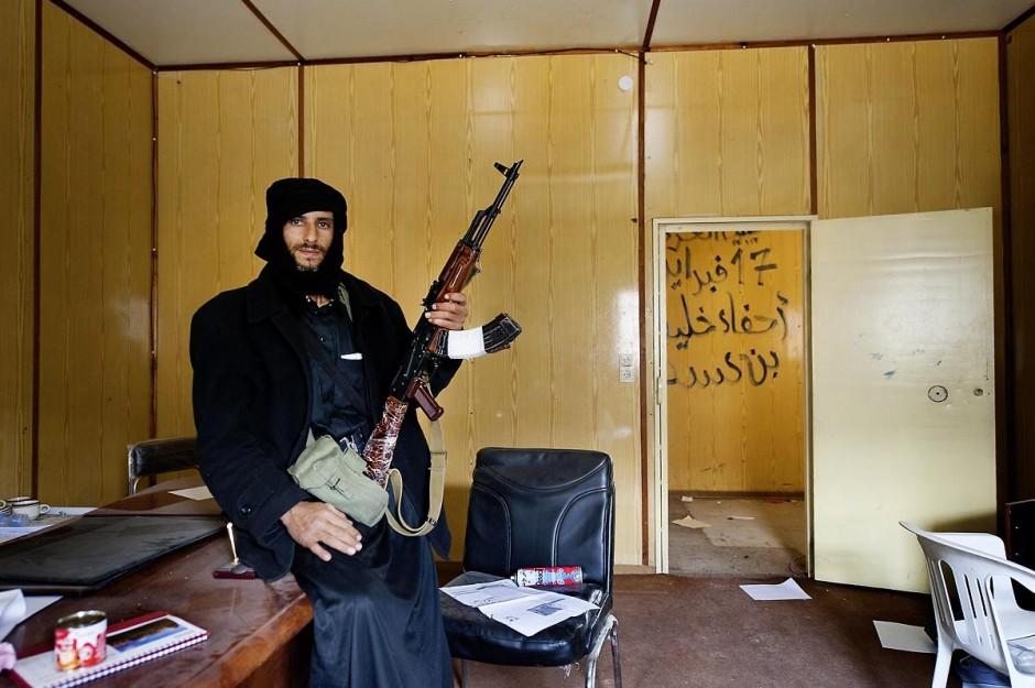 28 avril 2011 : Un combattant rebelle libyen dans les bureaux du poste frontalier à la frontière tuniso-libyenne de Dehibat - Baouaba avec les rebelles anti Khadafi. Depuis le commencement de la rébellion libyennne, le 17 février, la prise du poste frontalier de Baouaba par les rebelles libyens, le 21 avril, est une première grande victoire pour les combattants du sud ouest, Djebel Neffousa, permettant ainsi l