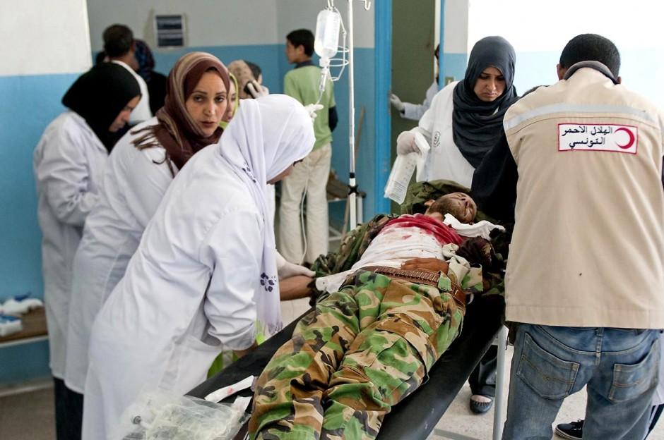 Dans le hall du dispensaire de Dehibat (tunisie) un soldat de l