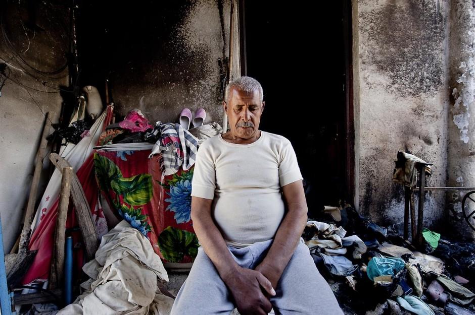 Homme de la tribu des Jeridiens dans sa maison incendiée dans le quartier des tripolitains lors des affrontements du 3 au 5 juin 2011 dans la ville de Metlaoui