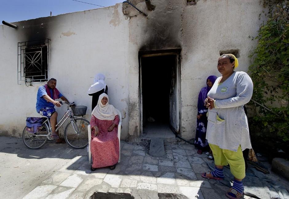 femmes de la tribu des Jeridiens devant leur maison incendiée dans le quartier des tripolitains lors des affrontements du 3 au 5 juin 2011 dans la ville de Metlaoui
