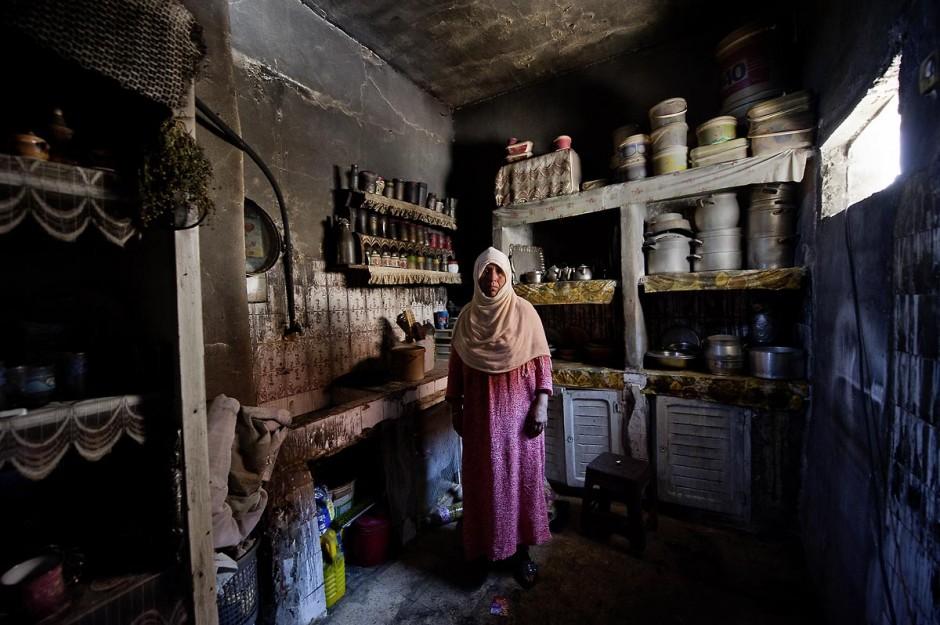 femme de la tribu des Jeridiens dans sa maison incendiée dans le quartier des tripolitains lors des affrontements du 3 au 5 juin 2011 dans la ville de Metlaoui