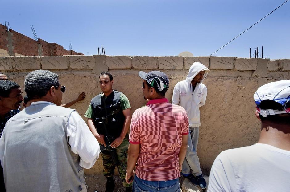 Présence des militaires auprès de la population dans les rues du quartier des tripolitains lors des affrontements du 3 au 5 juin 2011 dans la ville de Metlaoui