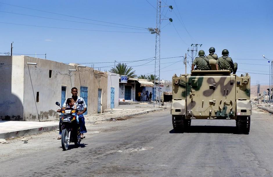 Patrouille militaire le long de la voie ferrée qui sépare les deux tribus de Metlaoui, lors des affrontements du 3 au 5 juin 2011 dans la ville de Metlaoui