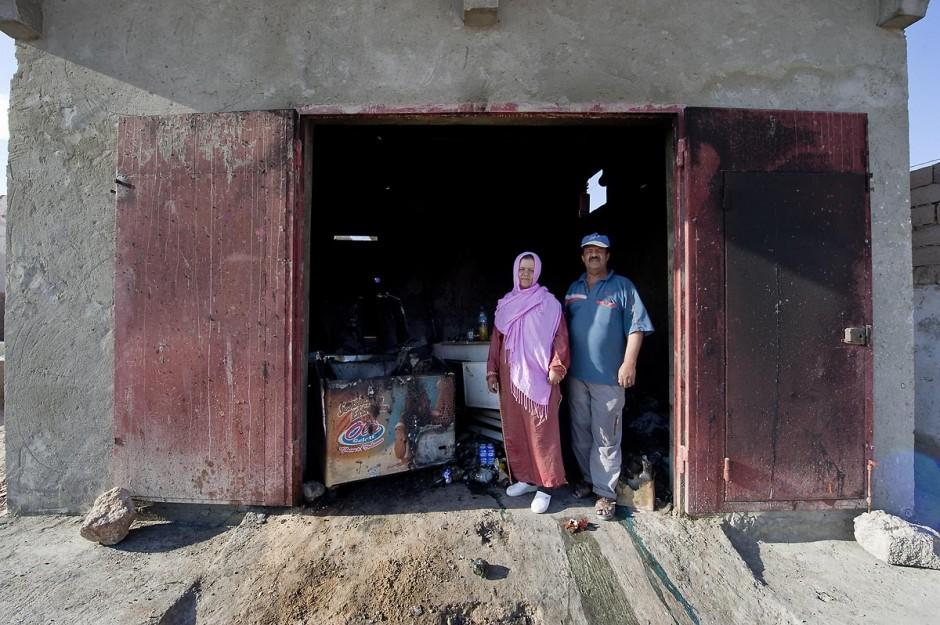 Couple devant son épicerie brûlée dans le quartier populaire des Tripolitains lors des affrontements du 3 au 5 juin 2011 dans la ville de Metlaoui