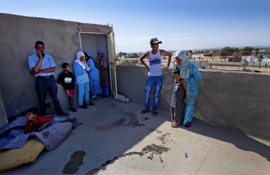 Une mère pleure la mort de sa fille tuée par balles sur la terrasse de sa maison après les affrontements du 3 au 5 juin 2011 dans la ville de Metlaoui