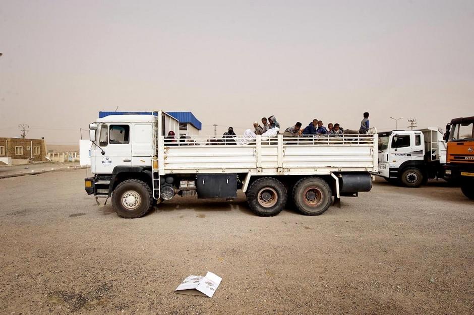 Arrivée des réfugiés libyens en voiture à la frontière libyenne de Baouaba tenue par les rebelles libyens