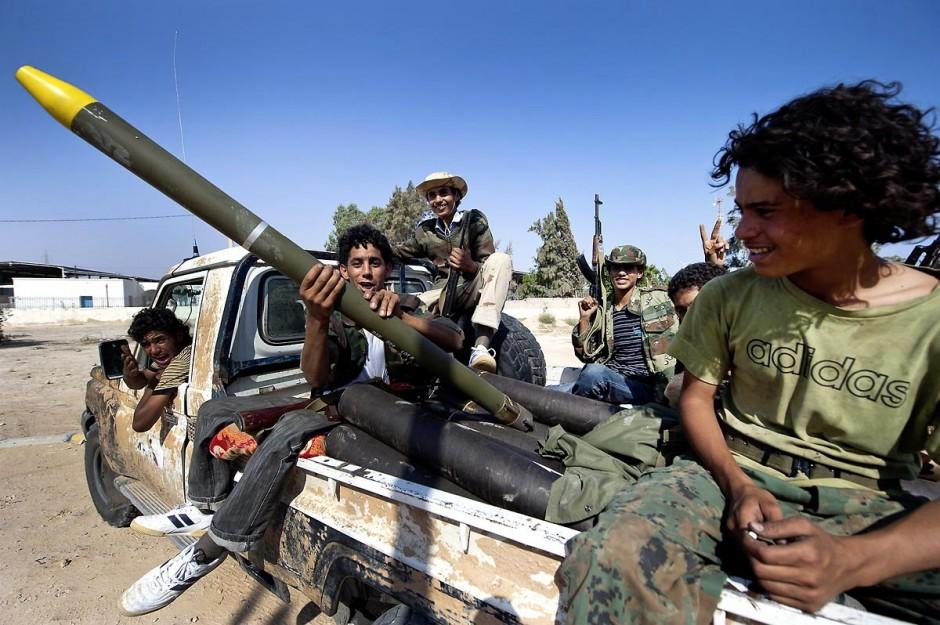 """27 août 2011 : Au poste frontière de Ras Jedir, de très jeunes combattants berbères le jour leur victoire. le poste frontalier de Ras Jedir était jusq"""""""
