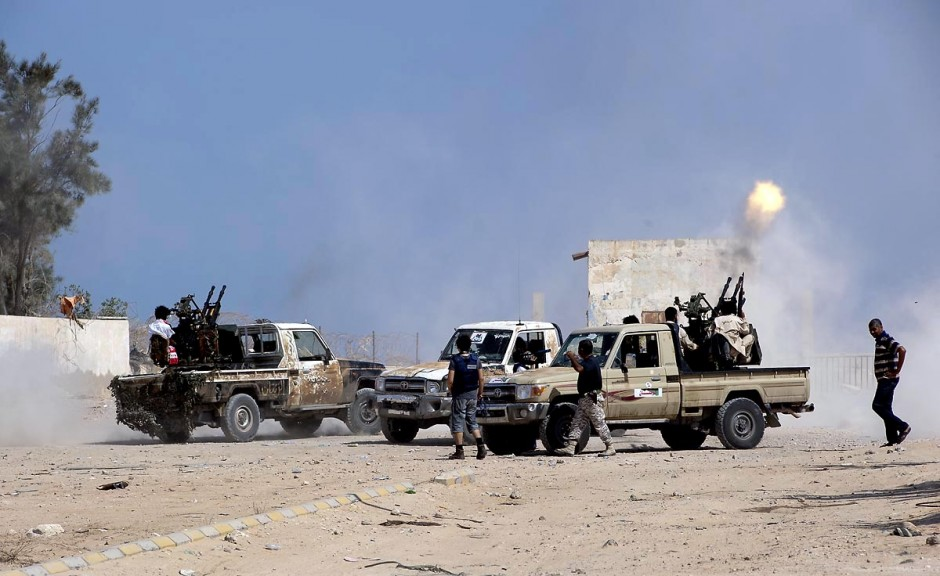 """27 août 2011 : Tirs de combattants berbères au poste frontalier de Ras Jedir le jour leur victoire. le poste frontalier de Ras Jedir était jusq"""""""