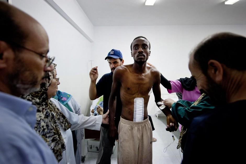 A la clinique de Zouara, front ouest libyen, les combattants blessés sont soignés en urgence.
