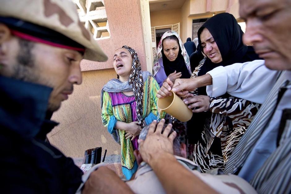 A Zouara, Jamal Mansouri, chef rebelle de Ras Jedir, apprend la mort de son neveu tué par les Kadhafistes.