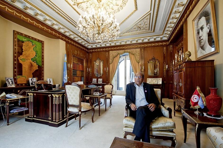 9 mars : Moncef Marzouki dans son bureau lors de notre rencontre avec M. Moncef Marzouki, président de la République depuis le 13 décembre 2011, au Palais Préisdentiel de Carthage. Le Président a repris le bureau de Habib Bourguiba, abndonné sous Ben Ali, le bureau de ce dernier a été transformé en salle d