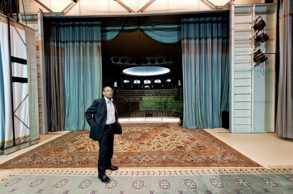 """9 mars : Moncef Marzouki et la visite du Palais présidentiel lors de la rencontre avec M. Moncef Marzouki, président de la République depuis le 13 décembre 2011, au Palais Préisdentiel de Carthage. Ici sur la scène du petit théâtre construit par Habib Bourguiba dit la """"Bonbonnière"""" par le nouveau président qui souhaite le remettre en fonctionnement et l"""