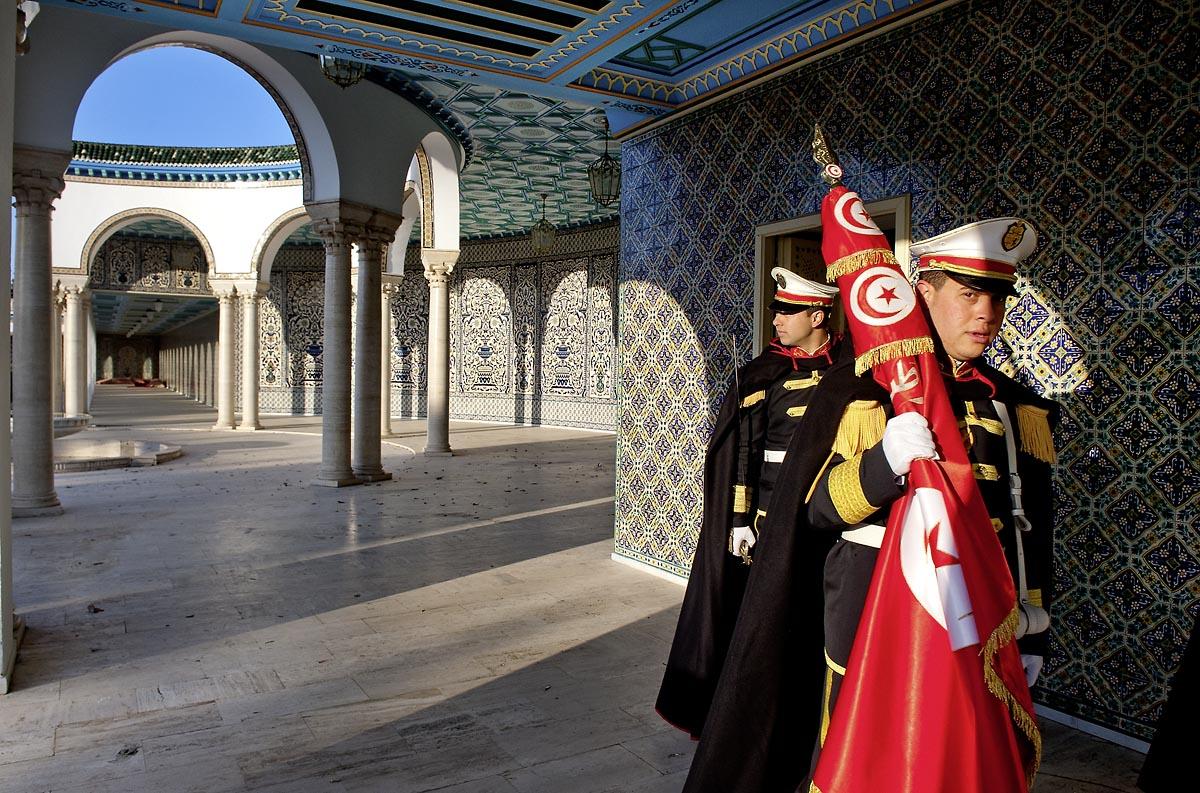 12 mars : dans la cour, les gardes présidentiels se préprarent pour la cérémonie hebdomadaire du drapeau au Palais Présidentiel de Carthage, le président de la République a présidé une cérémonie de lever du drapeau tunisien. Au cours de cette cérémonie, Moncef Marzouki a décoré l