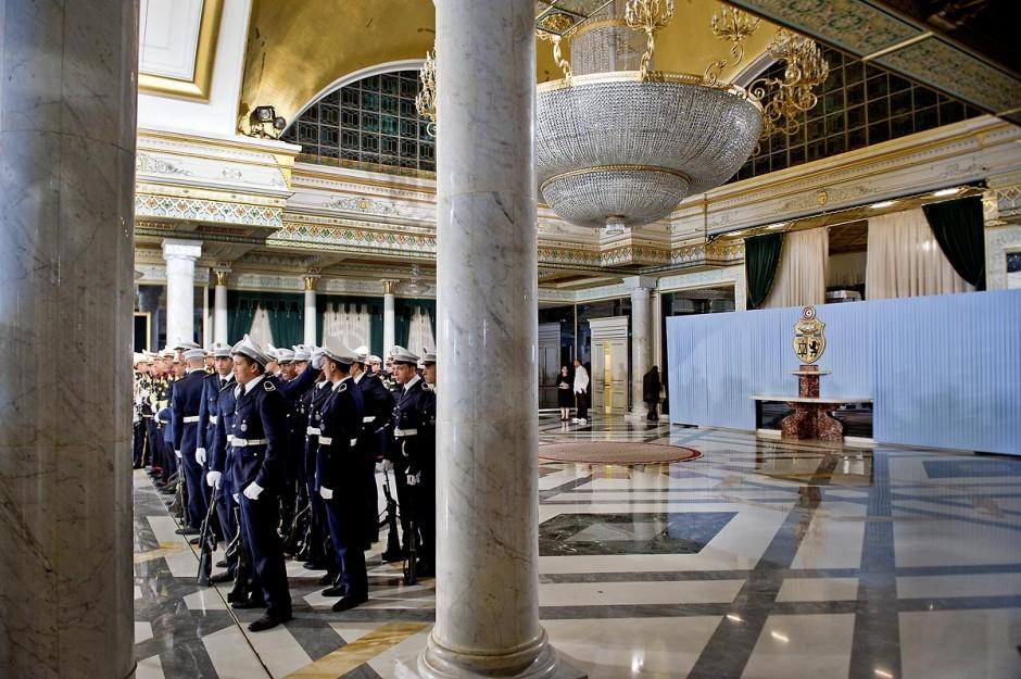 12 mars : dans la salle de cérémonie les corps des forces de l