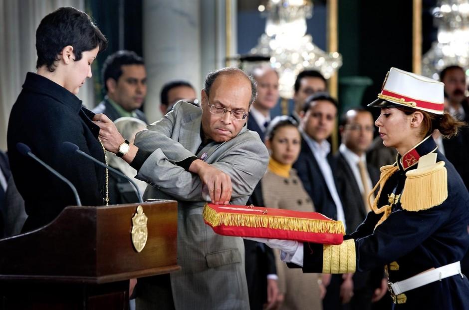 12 mars : Moncef Marzouki épingle son pins du drapeau tunisien à la jeune étudiante Khaoula Rchidi au Palais Présidentiel de Carthage, le président de la République a présidé une cérémonie de lever du drapeau tunisien. Au cours de cette cérémonie, Moncef Marzouki a décoré l