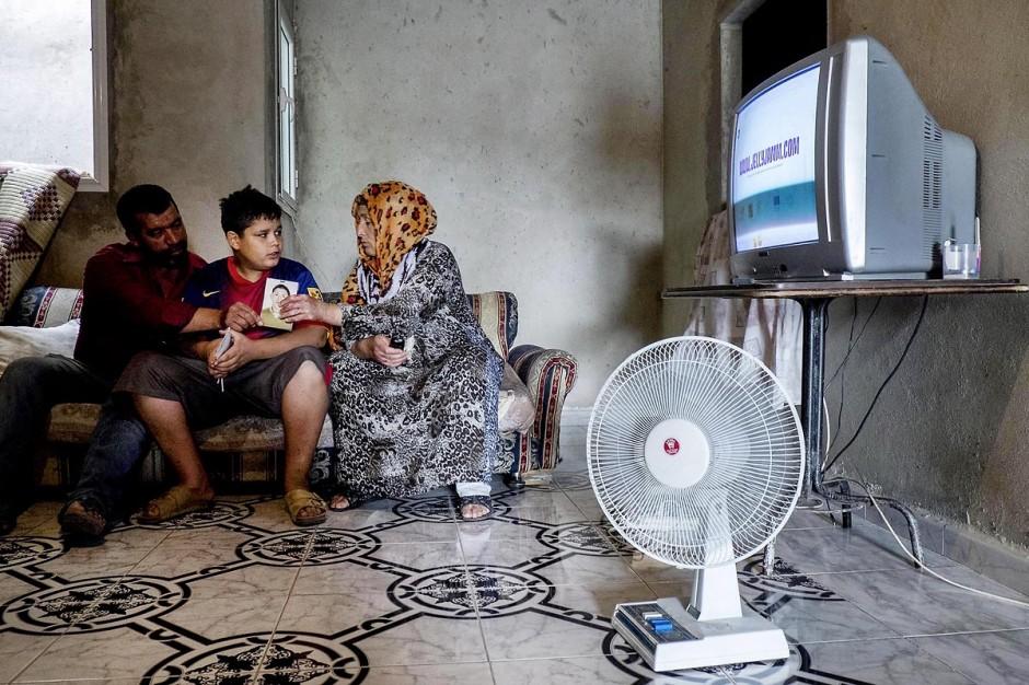 Chez Ahmed et Janet RIHIME dans le quartier de Kabaria. Ces parents recherchent depuis mars 2011 leur fils Wissem, 19 ans. Le drame a doublement touché cette famille lorsque le desespoir de Janet, la mère, l