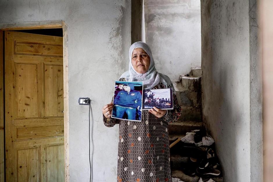 Rebh Bouthouri pose avec la photo de son fils Ibrahim, disparu en mars 2011. Chez Ahmed et Janet RIHIME dans le quartier de Kabaria. Ces parents recherchent depuis mars 2011 leur fils Wissem, 19 ans. Le drame a doublement touché cette famille lorsque le desespoir de Janet, la mère, l