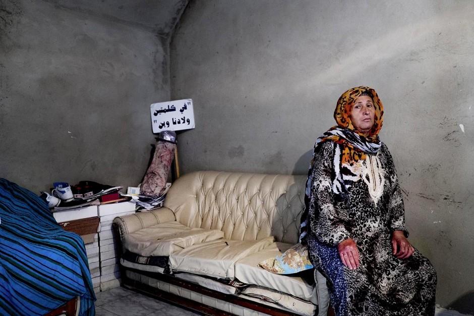 Janet, aux mains et cou brulés dans son salon. Chez Ahmed et Janet RIHIME dans le quartier de Kabaria. Ces parents recherchent depuis mars 2011 leur fils Wissem, 19 ans. Le drame a doublement touché cette famille lorsque le desespoir de Janet, la mère, l