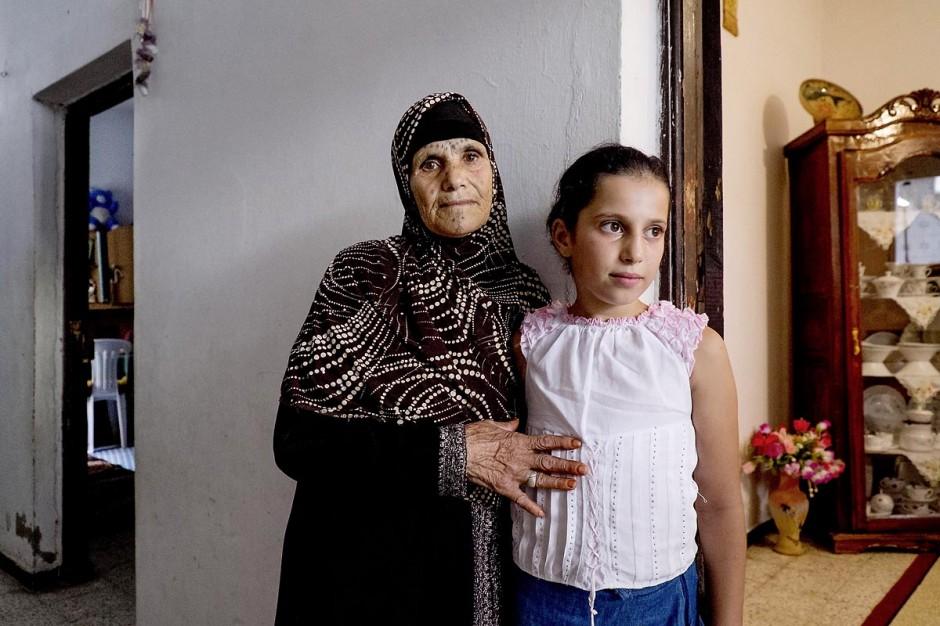La grand mère et la grande fille de Omelkhir. Chez Omelkhir ouiretani, cette jeune femme mère de 2 filles recherche son mari Nabil disparu sur le bateau du 29 mars 2011, dans le quartier de Kabaria.