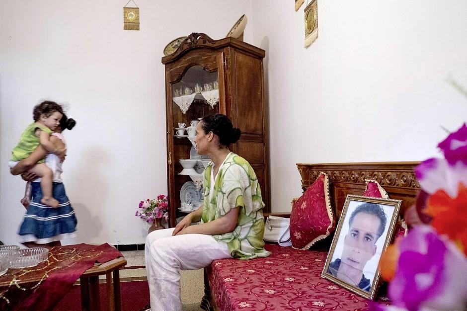 Dans le salon avec ses deux filles et le portrait de son mari disparu. Chez Omelkhir ouiretani, cette jeune femme mère de 2 filles recherche son mari Nabil disparu sur le bateau du 29 mars 2011, dans le quartier de Kabaria.