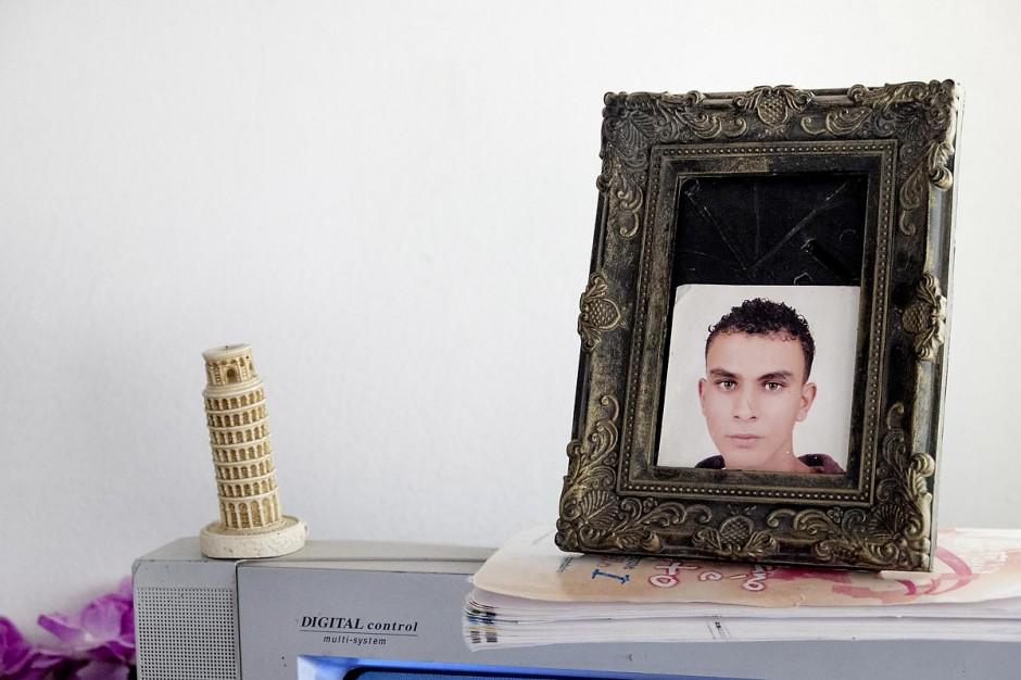 A Kabaria, quartier populaire de la banlieue sud de Tunis, Chez Nourredine MBAREK, père de Karim disparu le 29 mars 2011. Portrait de Karim posé sur la Télé du salon à côté d