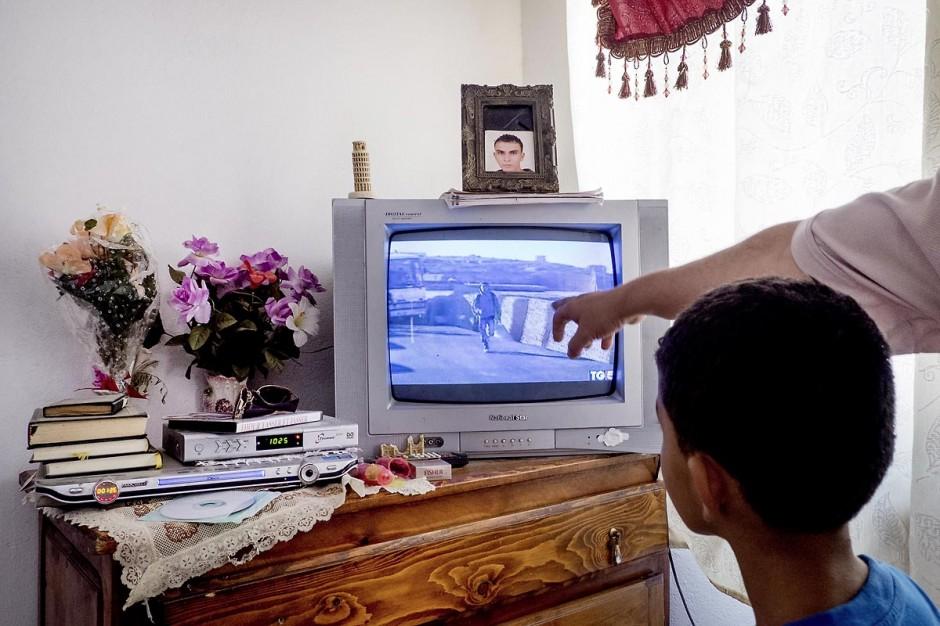 A Kabaria, quartier populaire de la banlieue sud de Tunis, Chez Nourredine MBAREK, père de Karim disparu le 29 mars 2011. Nourredine et un de ses jeunes fils nous montrent sur le reportage de Canale5 tourné à Lampedusa son fils Karim.