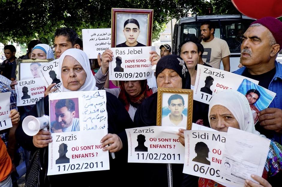 le 6 septembre 2013, une cinquantaine de familles de migrants tunisiens disparus se rassemblent avec des associations devant l