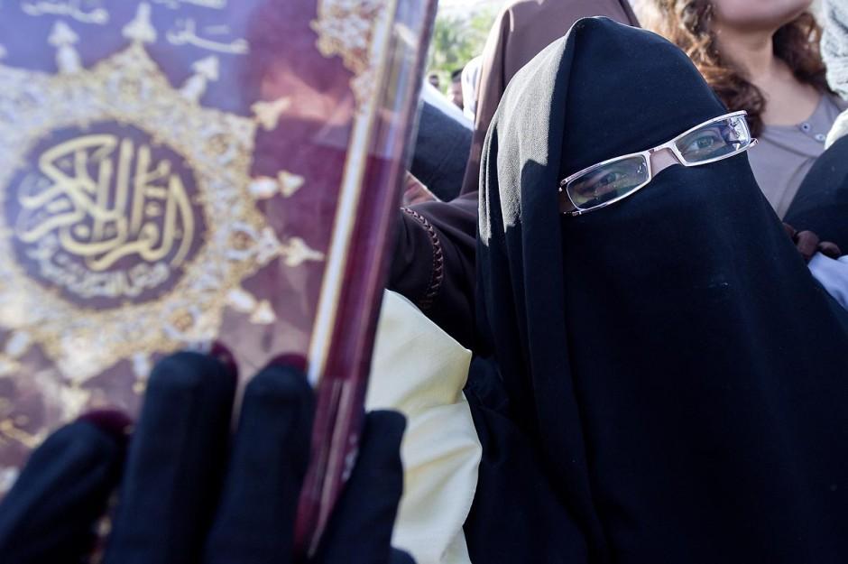 3 décembre 2011 : les femmes en niqab et Coran à la main sont venues protester pour un état islamique et le port du niqab au 3ème jour du sitin de Bardo 1. Un nouvel affrontement apparait d