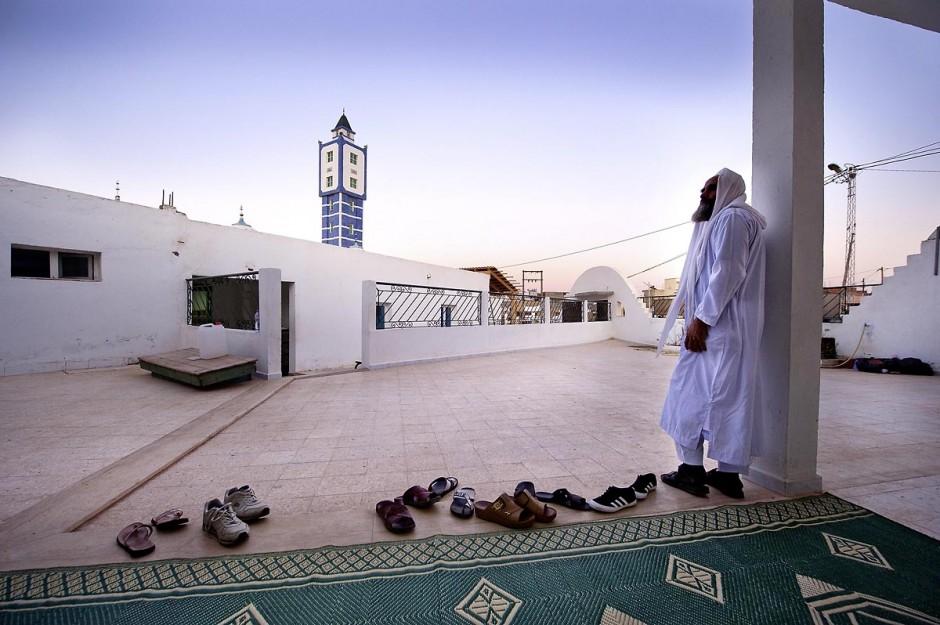 19 octobre 2011 : dans la banlieue nord de Tunis, rencontre avec les salafistes dans une mosquée où ils ont créé la première école coranique salafiste en Tunisie. A la Mosquée de Sidi El Bokri, à l