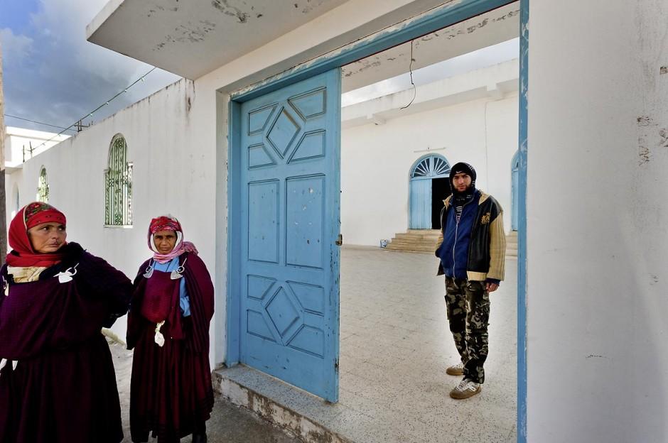 10 janvier 2012 : à Sejenane, recontre avec les salafistes et la population devant la grande mosquée avant la prière du midi.