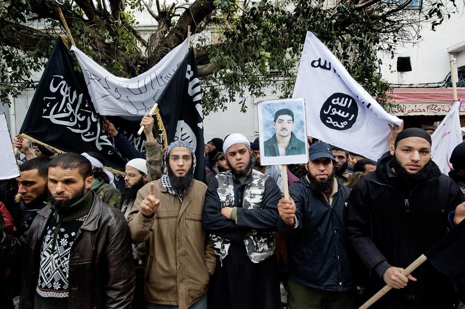 8 mars 2012 : à Tunis, devant le Ministère de la Justice plus de 1000 salafistes, venus des différentes régions du pays, manifestent pour appeler à la libération de leurs camarades emprisonnés dans l