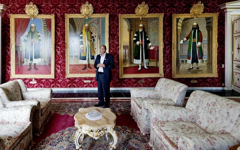 9 mars : Moncef Marzouki et la visite du Palais présidentiel lors de la rencontre avec M. Moncef Marzouki, président de la République depuis le 13 décembre 2011, au Palais Préisdentiel de Carthage. Ici dans le salon des tableaux des Beys de Tunisie.