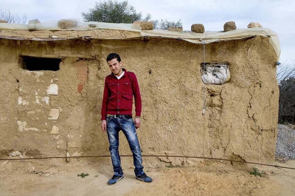 17 janvier 2014 : Seif Eddine, 17 ans, a quitté le collège et travaille désormais comme apprenti mécanicien pour 40 dt (- de 20€) par semaine. Pour l