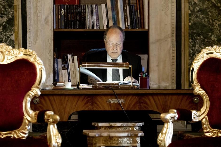 7 février 2014 : Mustapha Ben Jaafar retouchant son discours dans son bureau. Cérémonie de célébration de la nouvelel constitution tunisienne à l